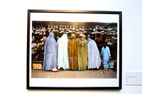 Afghan Women at Shoe Store de Steve McCurry